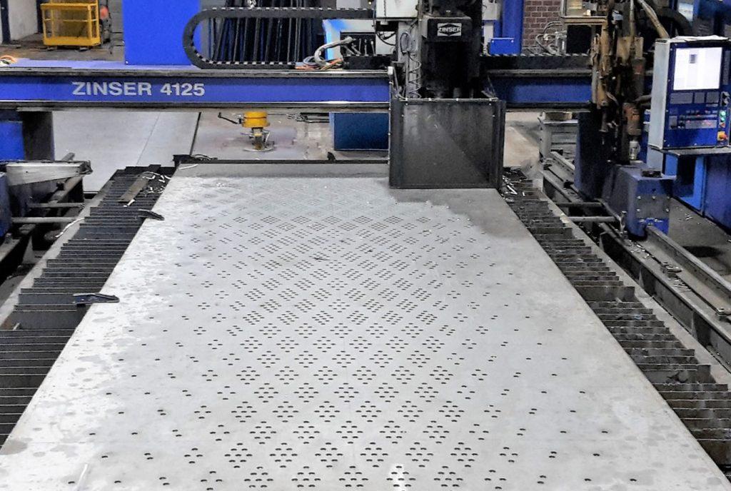 [:de] Bohren auf einer ZINSER Brennschneidmaschine [:en] Drilling with a ZINSER cutting machine
