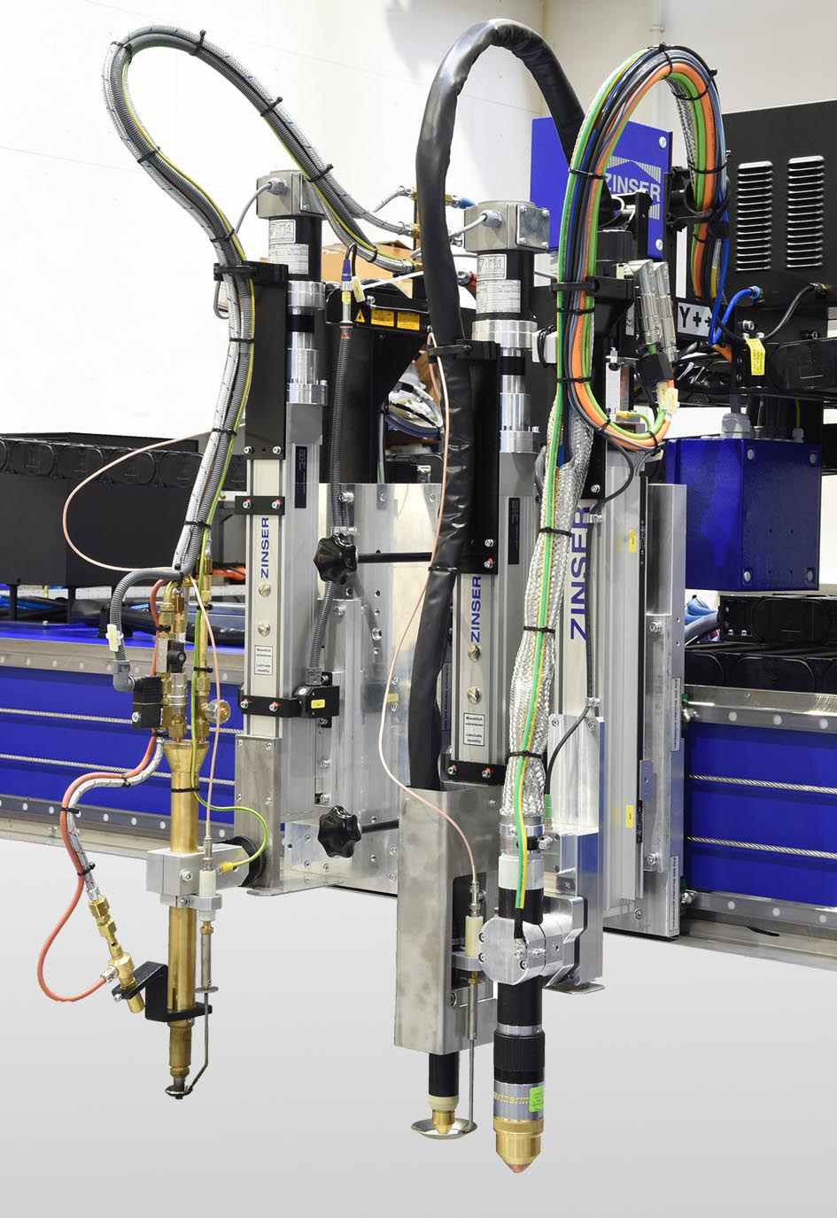 Equipment of a ZINSER 4025: oxy-fuel torch on the left, plasma torch with arc height sensing ZAC 5070 on the right. In addition, plasma marking system for docking to the plasma torch.
